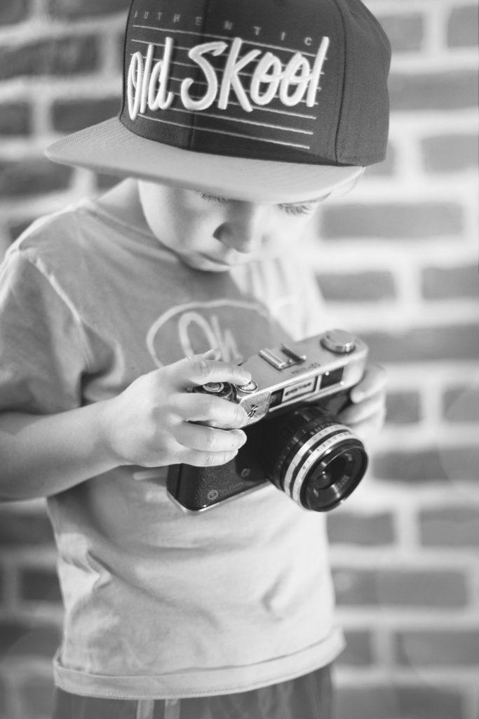 niño cámara gorra