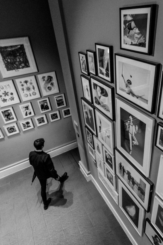 Figura paseando en exposición de museo