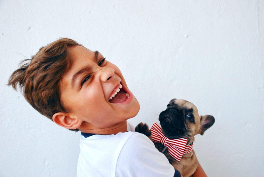 niño_perro_feliz