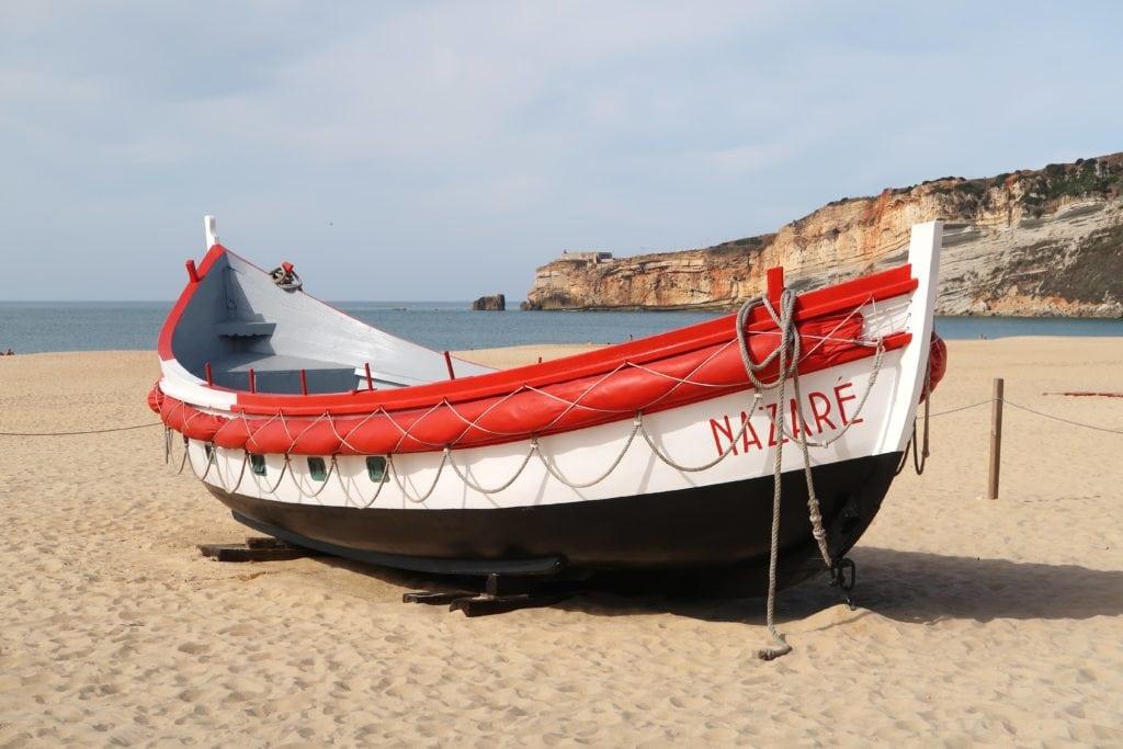 barca en la orilla de la playa