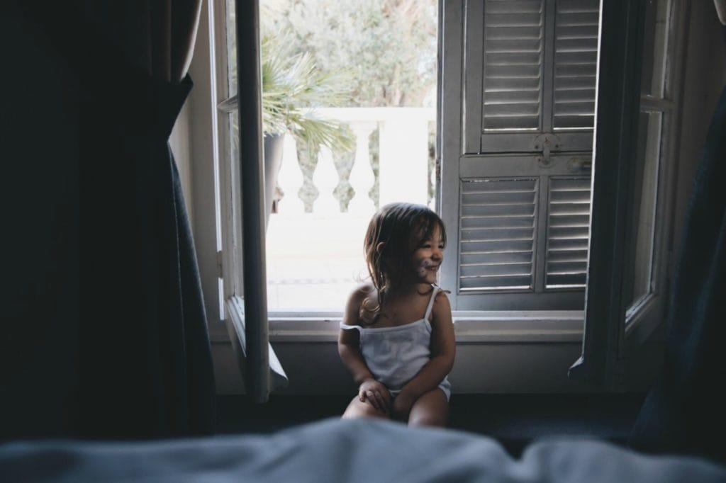 niña_ventana