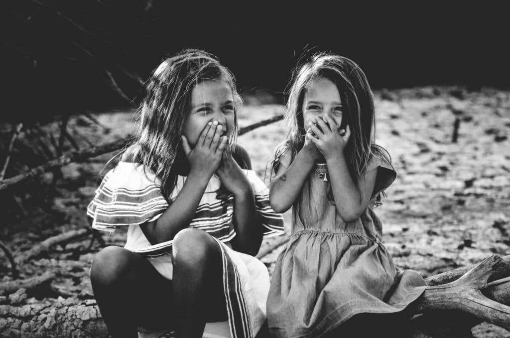 niñas riendo infancia