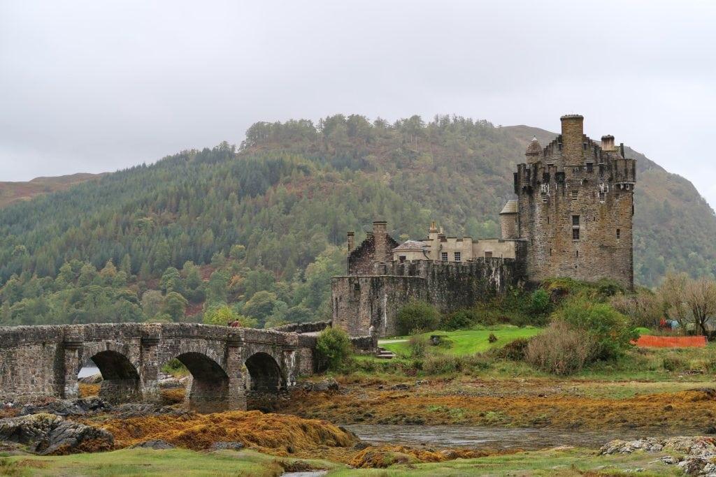 paisaje verde con castillo antiguo