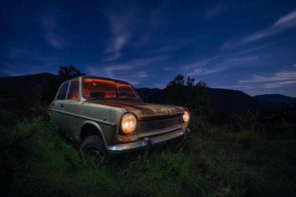 Foto de coche abandonado por la noche sin editar