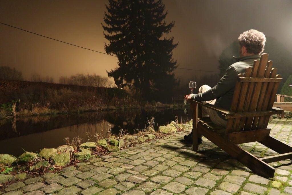 Hombre contemplando el paisaje de noche