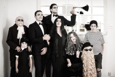 Familia disfrazada de familia Adams