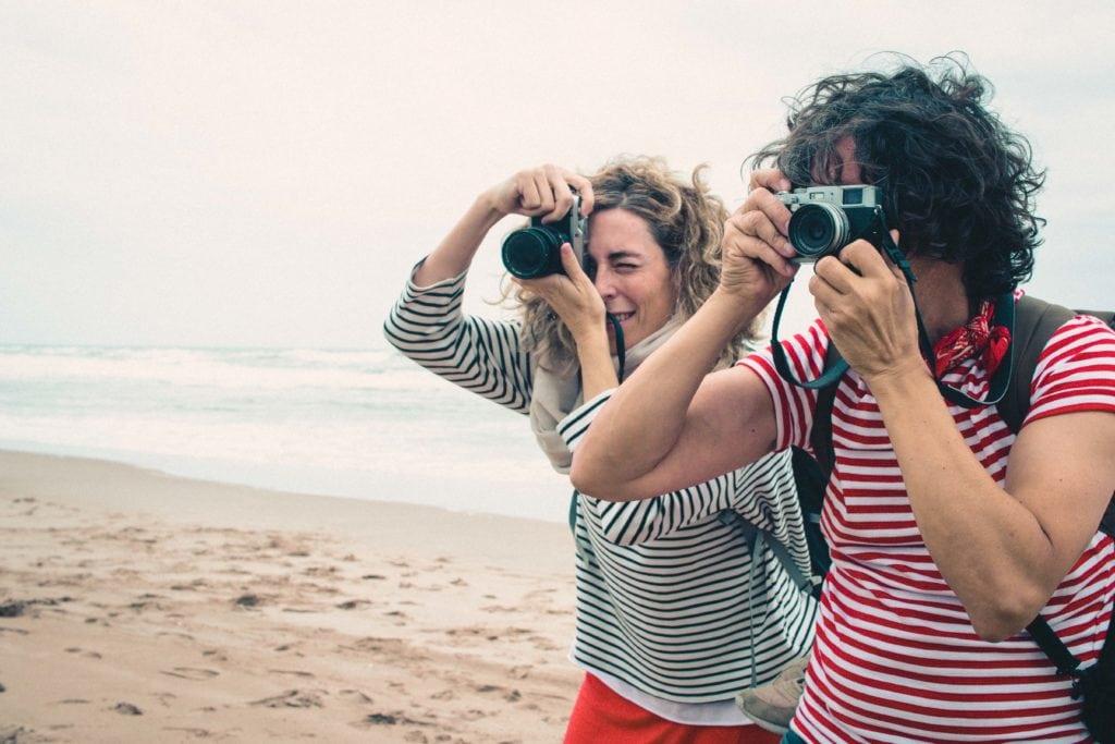 Fotógrafos con camiseta de rayas en la playa