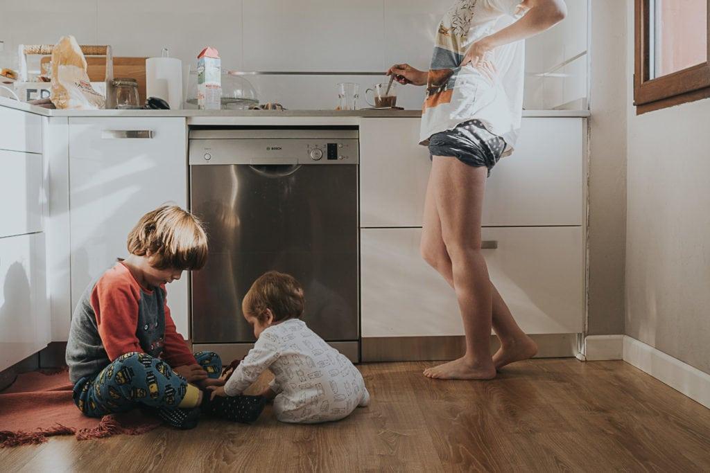 Madre con sus hijos en la cocina
