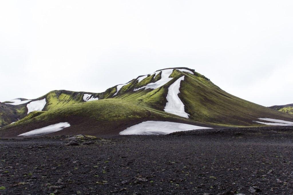 Montaña de Islandia con hielo y verde