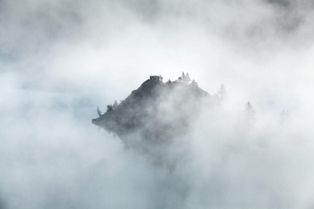 Montaña rodeada de niebla