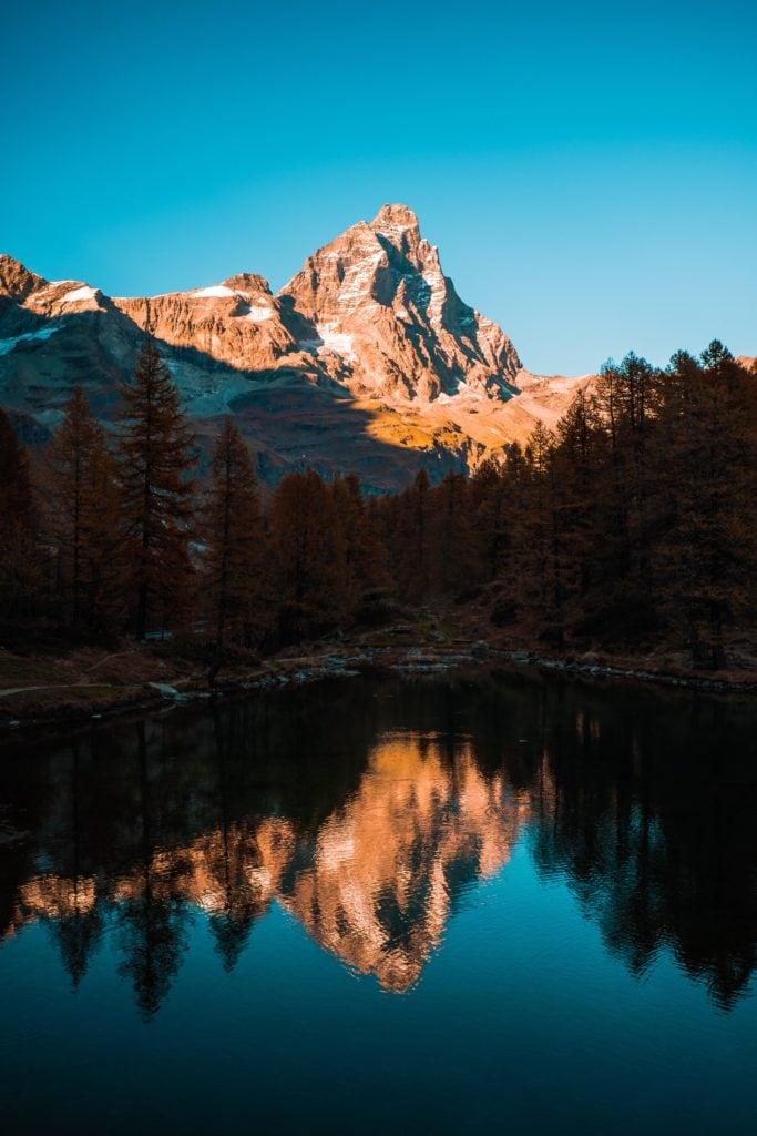 Montaña reflejada en el lago al atardecer