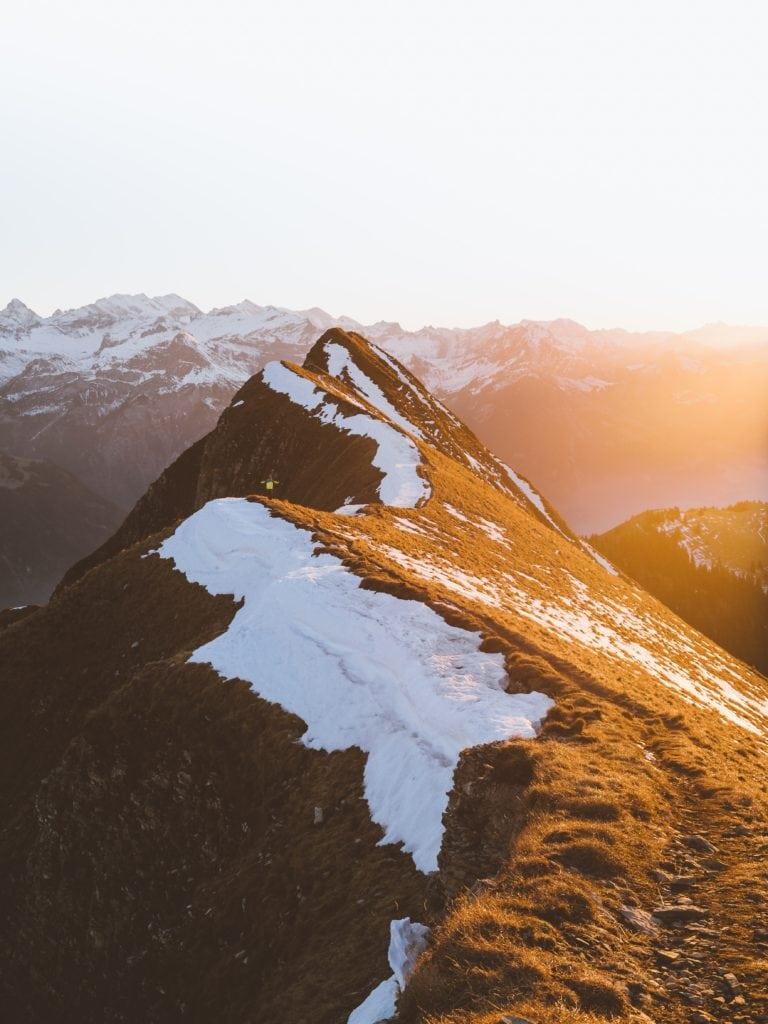 Montaña fotografiada al atardecer con luz dorada