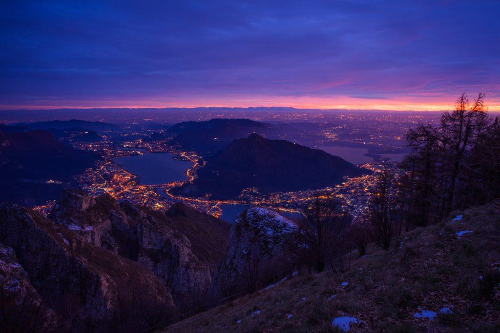 Paisaje de pueblos en montañas en la hora azul