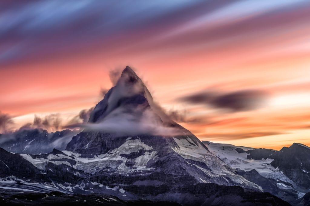Montaña rodeada de nubes al atardecer