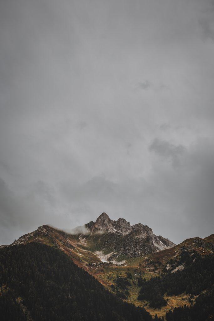 Paisaje montañoso nostálgico por las nubes