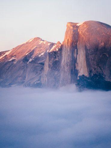 montaña al amanecer con niebla