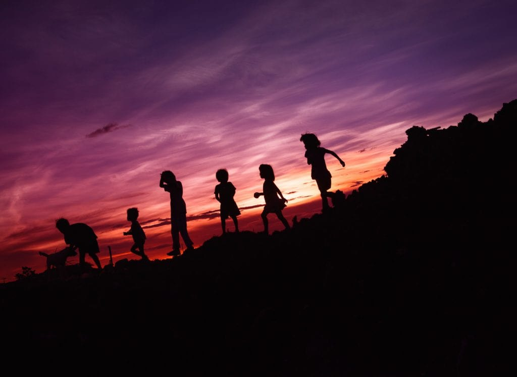 niños_puesta_sol