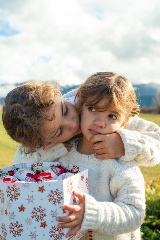 Hermanas con adornos de navidad