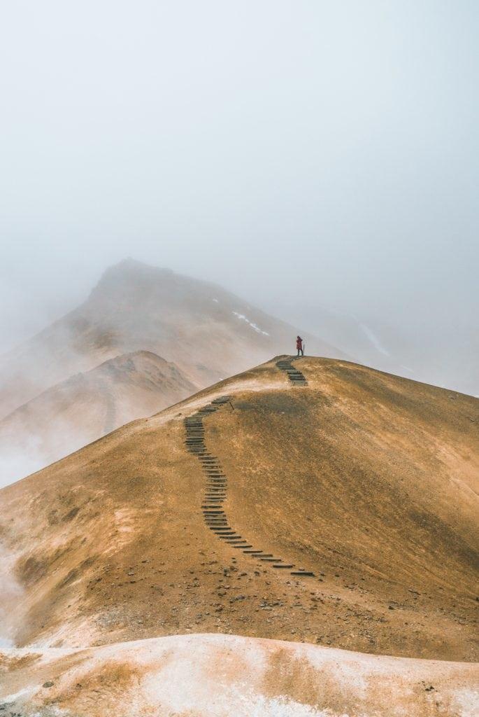camino en la montaña con persona al fondo