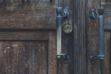 Detalle de puerta de madera y cerradura