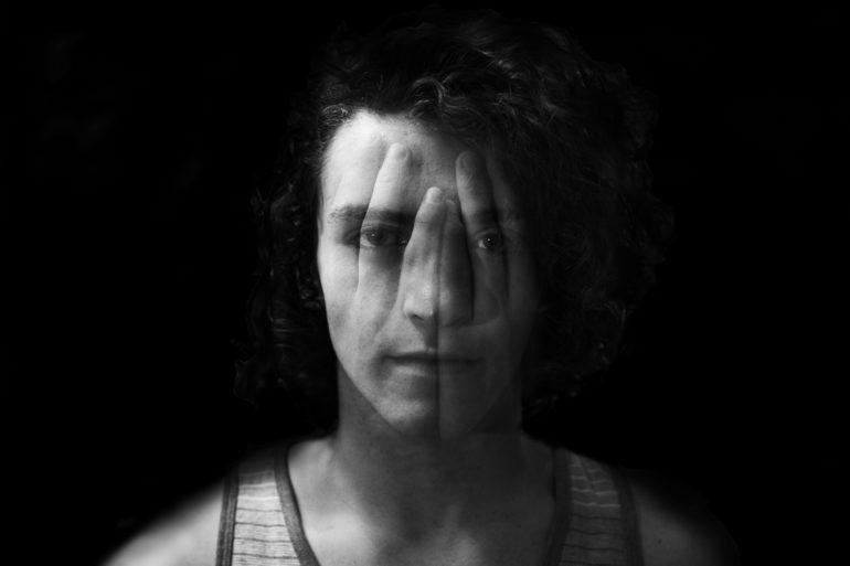 Retrato blanco y negro en doble exposición
