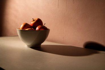 cuenco de manzanas con espacio negativo