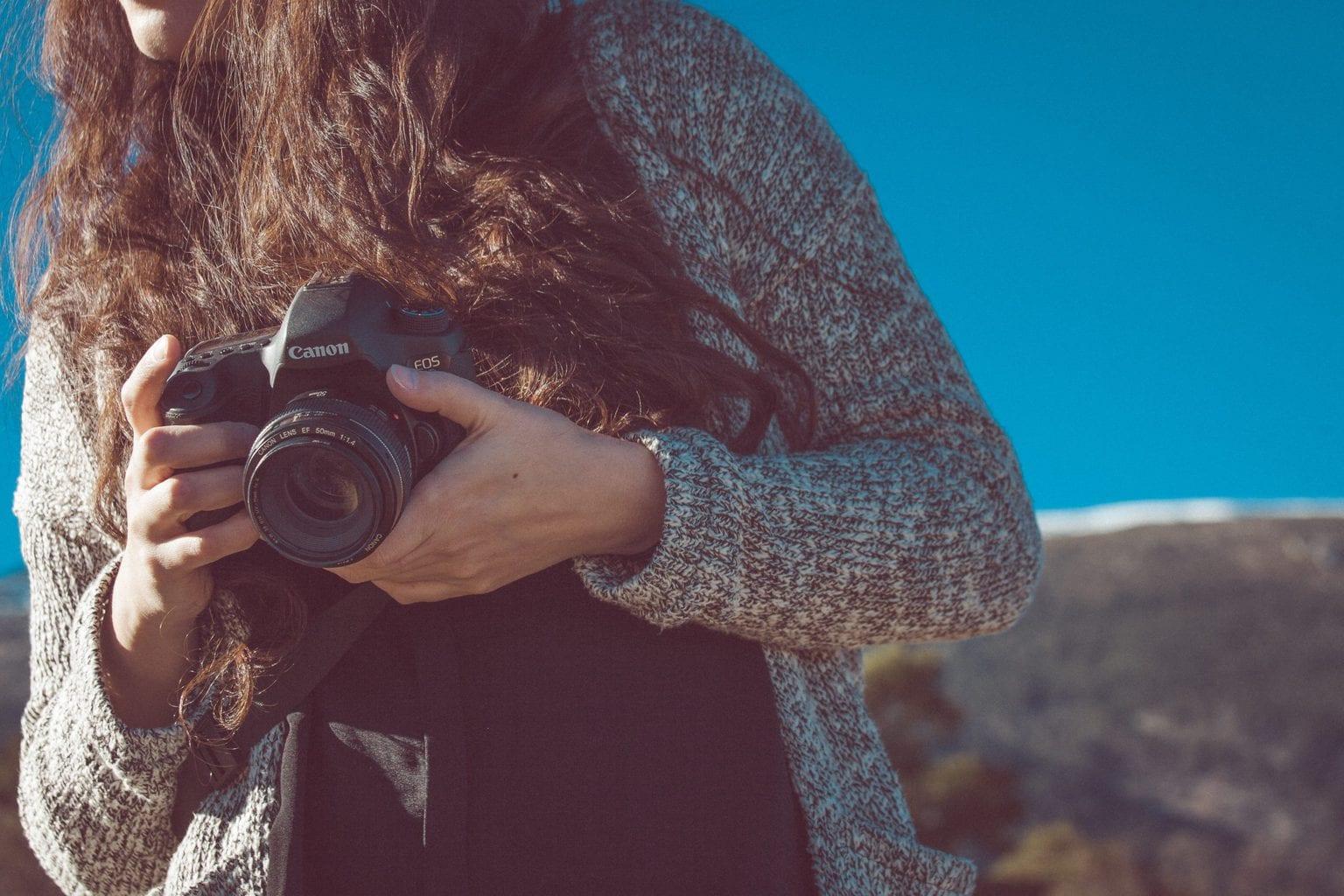 fotógrafa con cámara en la mano
