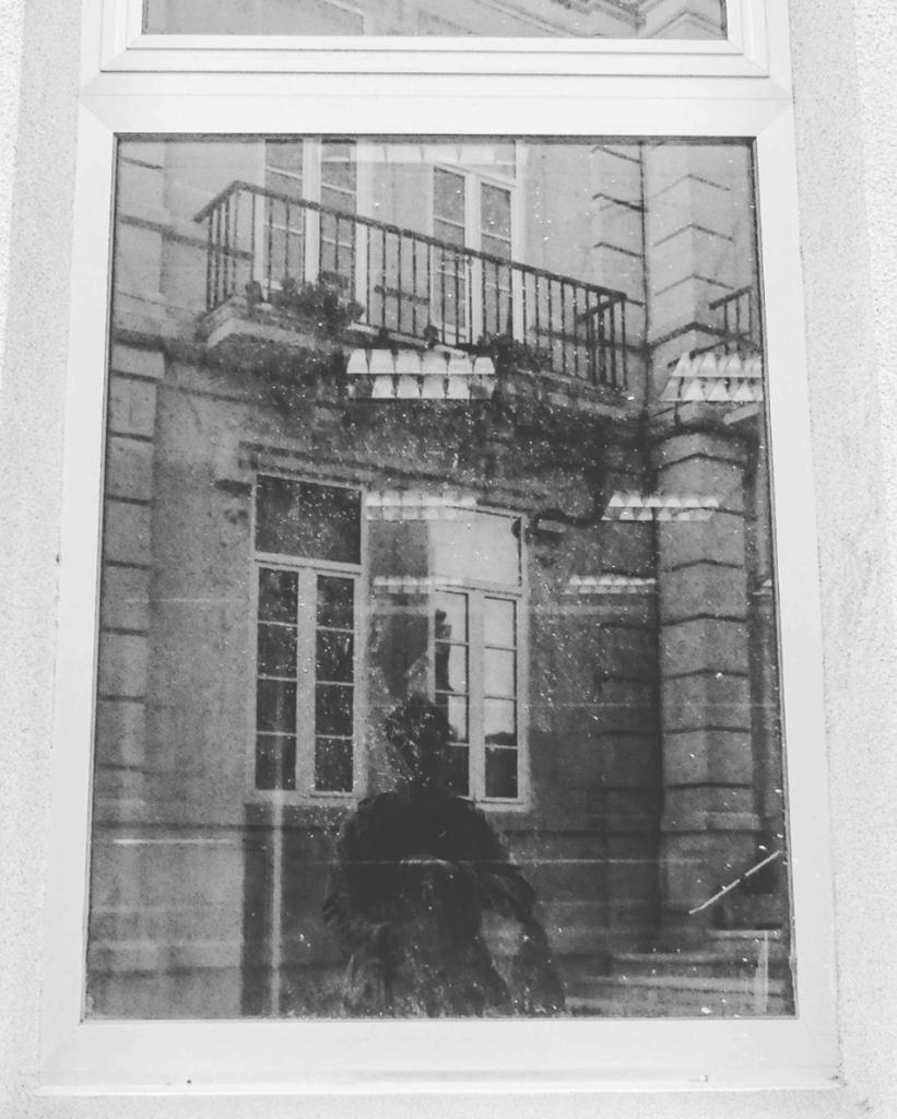 Fotografía ganadora fotoreto29. Autorretrato en una ventana
