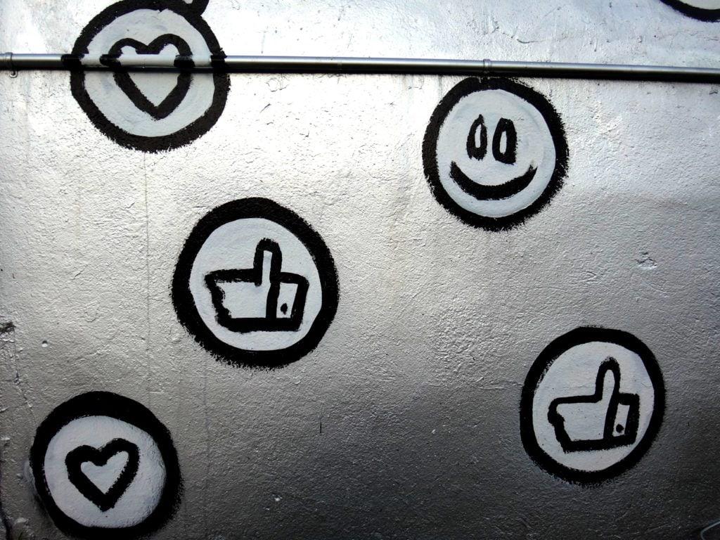 Símbolos de Likes y me gusta pintados en pared