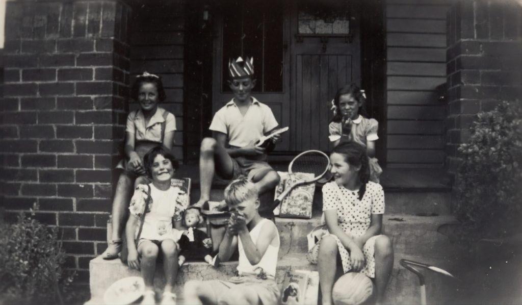 Fotografía antigua de niños en la escalera