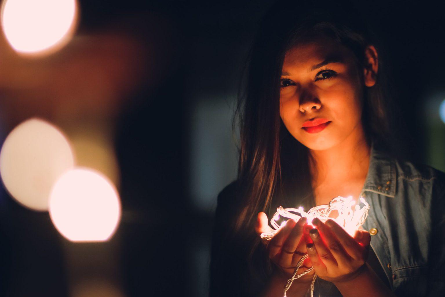 retrato con luces en la mano