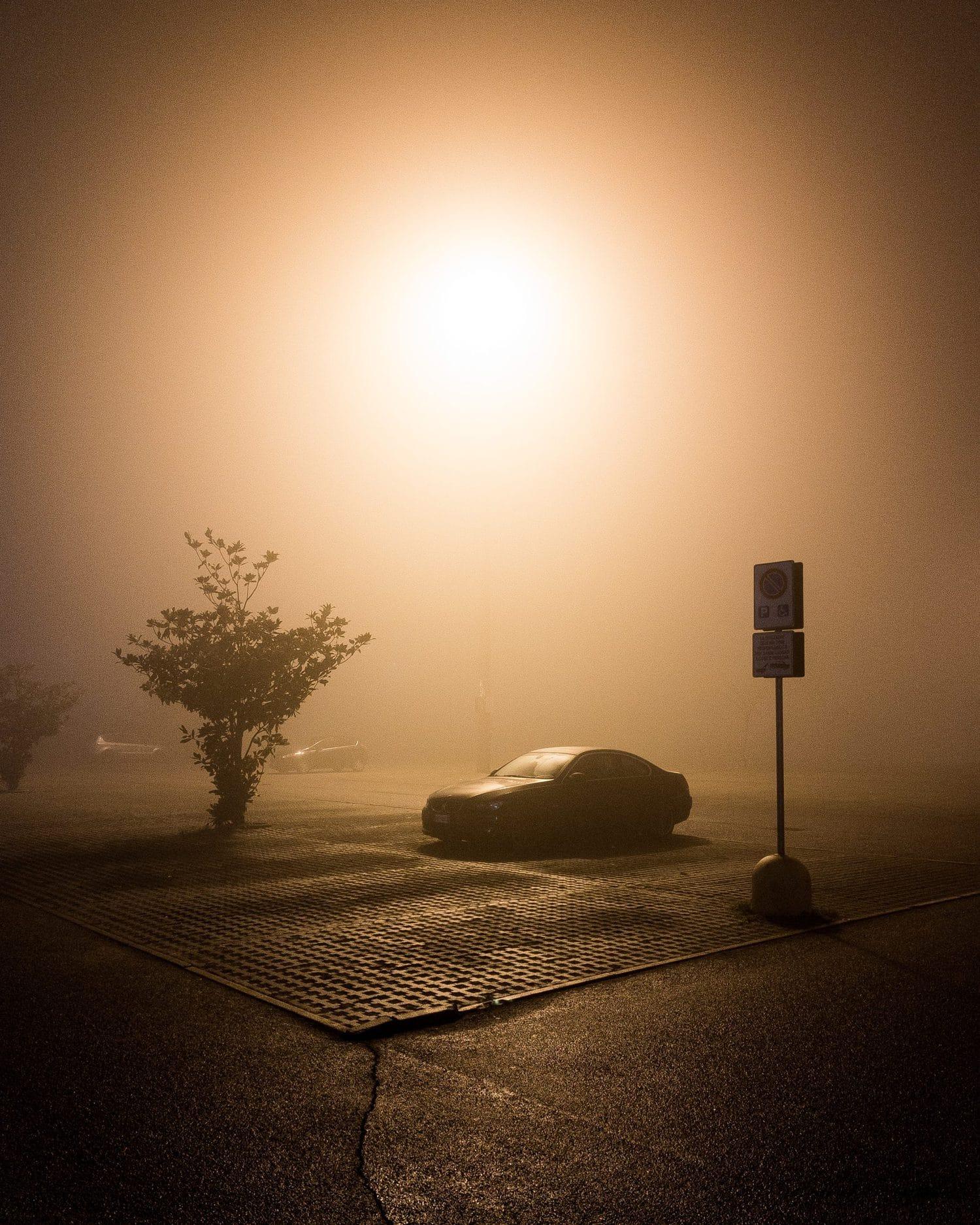 escena de coche con luces cálidas