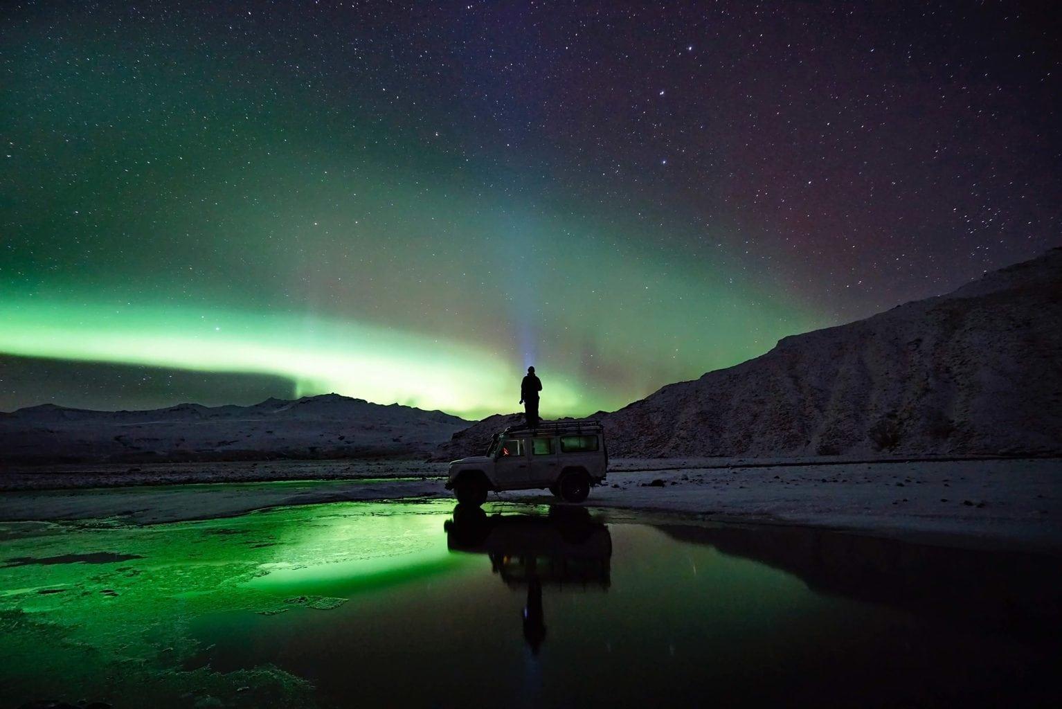 fotógrafo bajo la Aurora Boreal