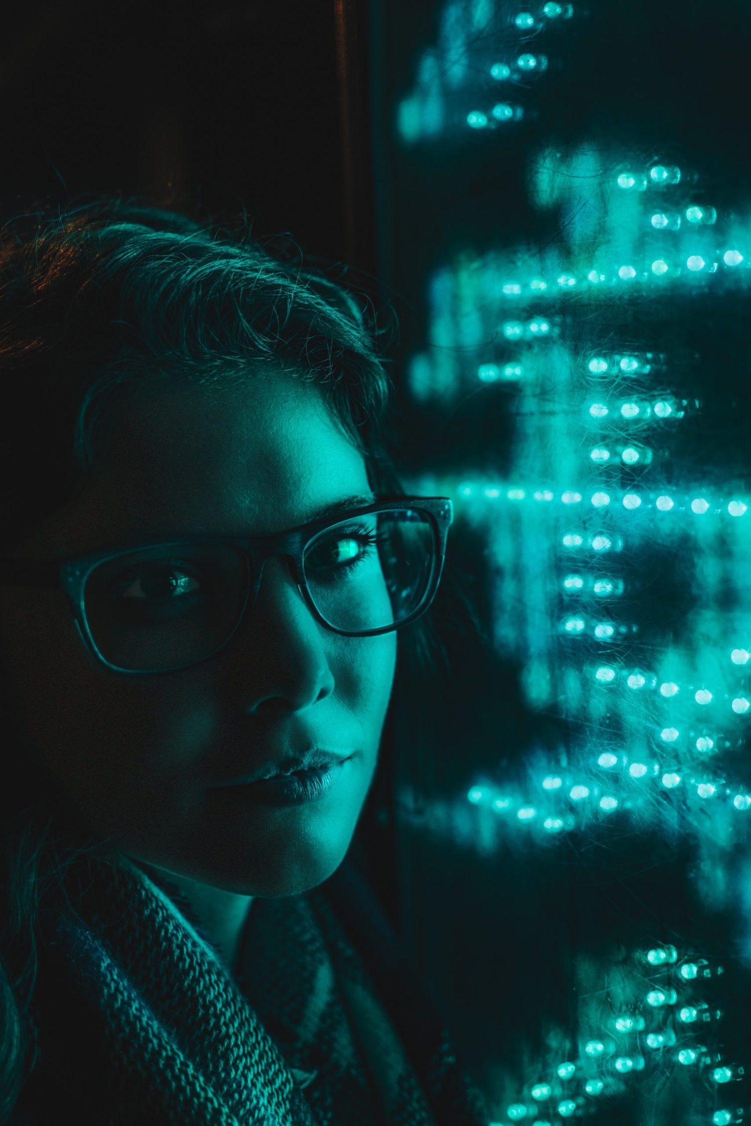 Chica con gafas en retrato con tonos fríos