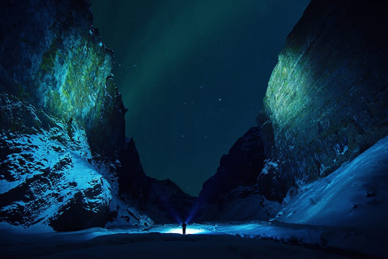 Montañas de noche tonos fríos