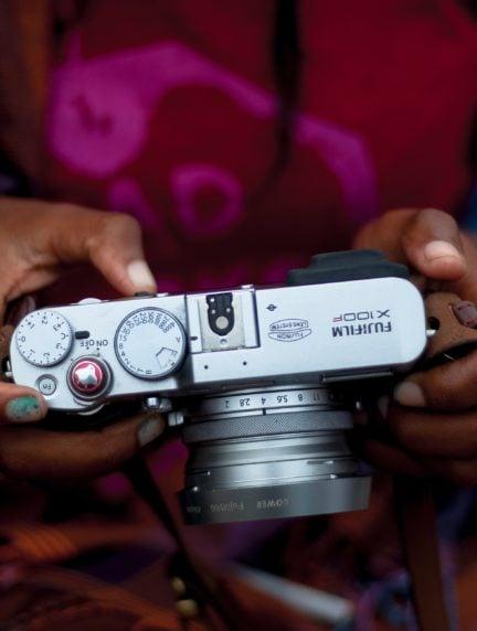 cámara fujifilm en las manos de una chica
