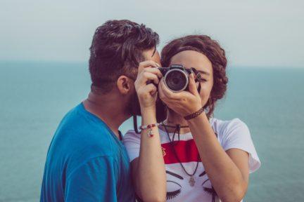 Chico hablando a fotógrafa para portada de frases que jamás deberías decirle a un fotógrafo