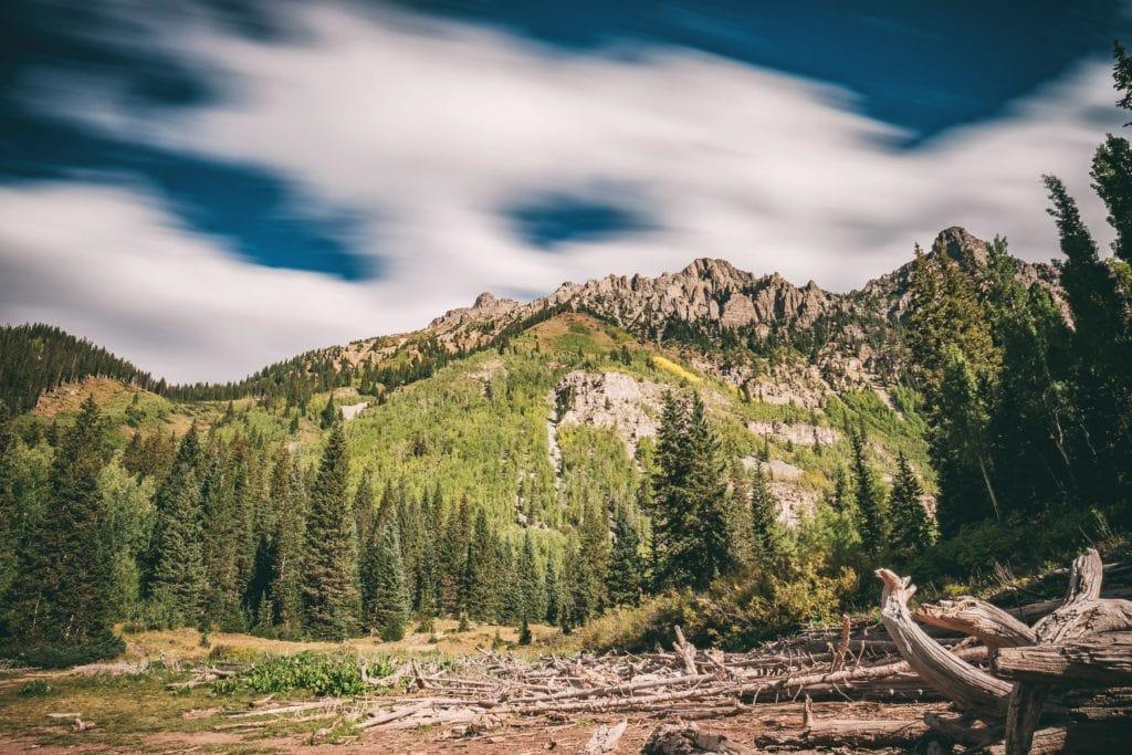Nubes en movimiento en un paisaje montañoso