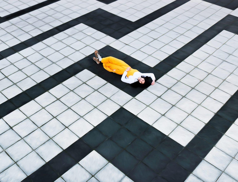 Suelo de líneas con chica de amarillo