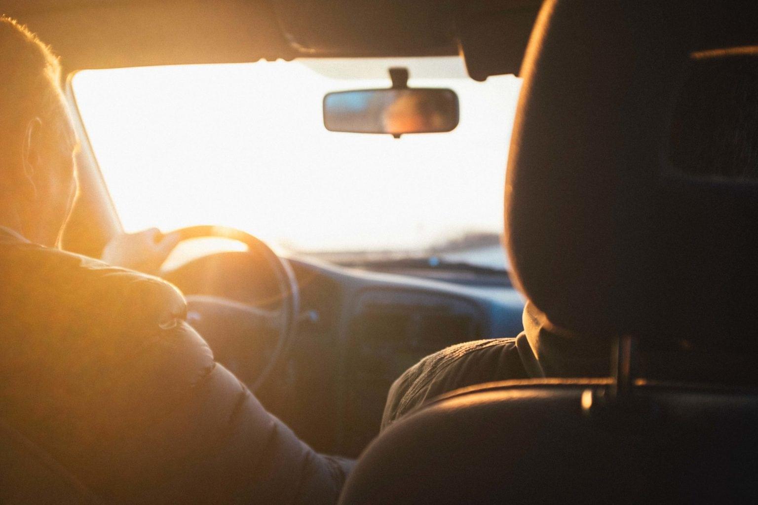 interior de un coche con luz dorada