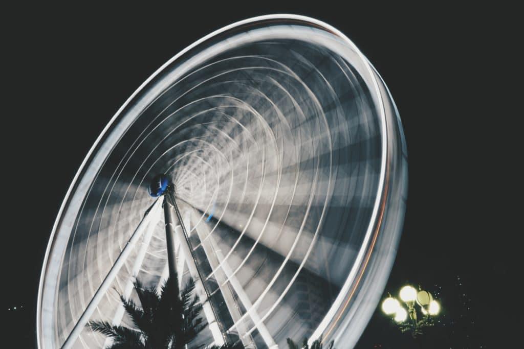 Noria en movimiento, fotografía de larga exposición