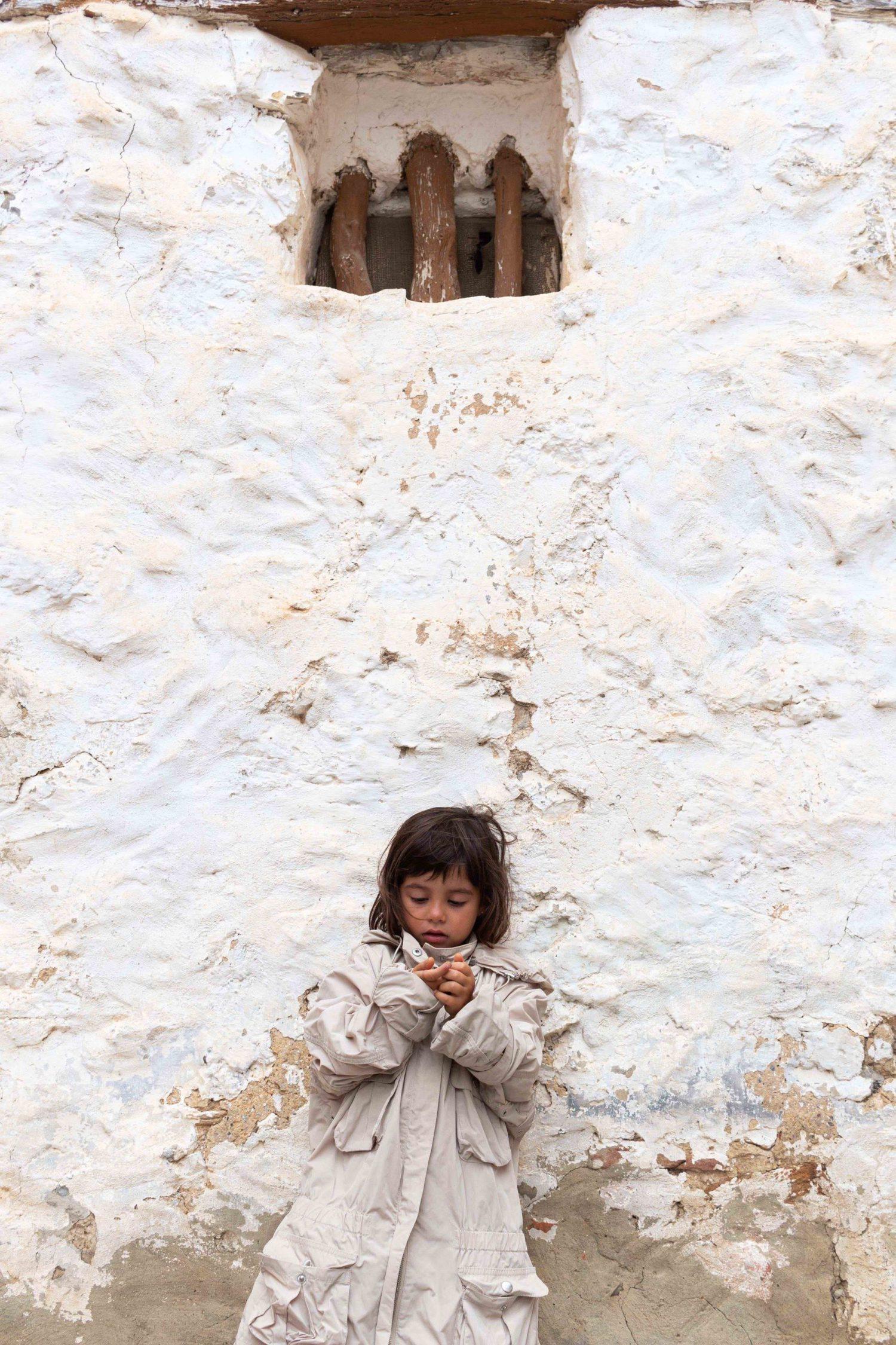 niña en fachada