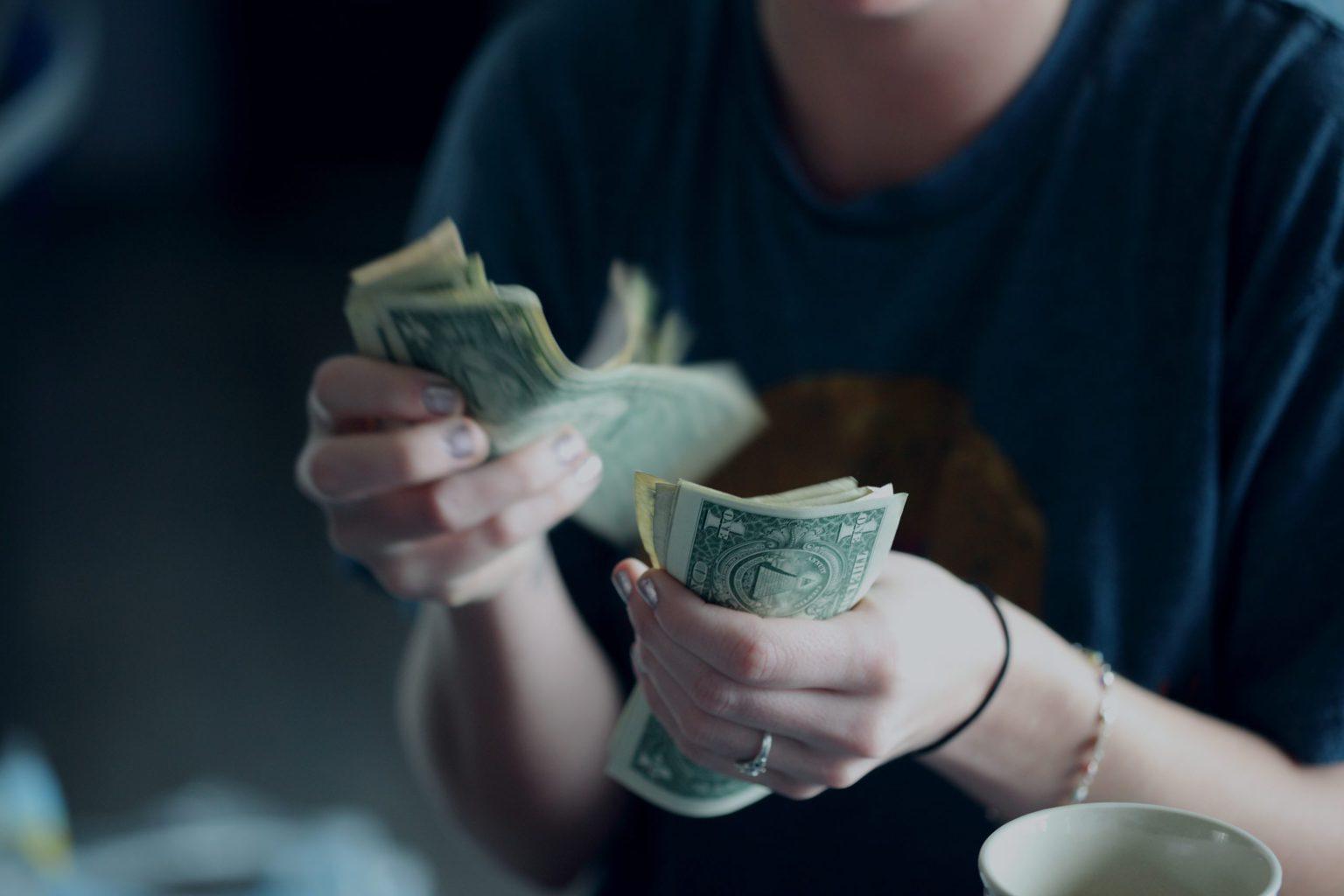 Mujer contando billetes de dólar