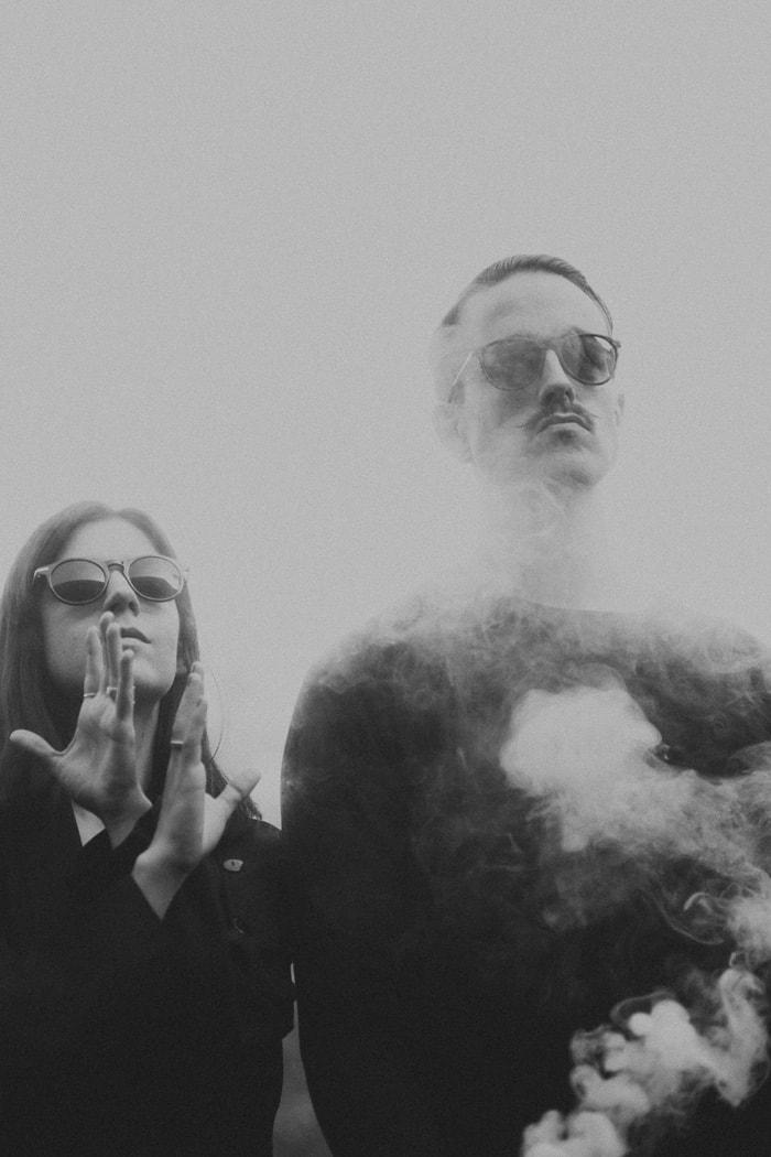pareja de músicos en blanco y negro por Daniel Weisser