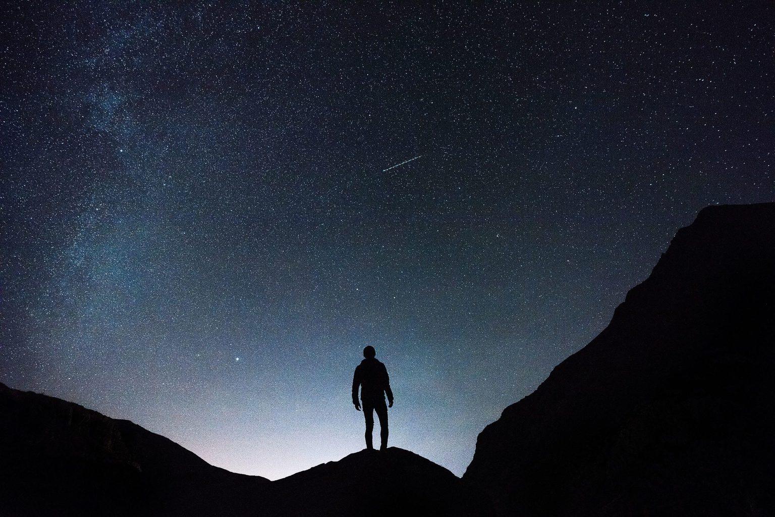 Silueta con el fondo de un cielo estrellado