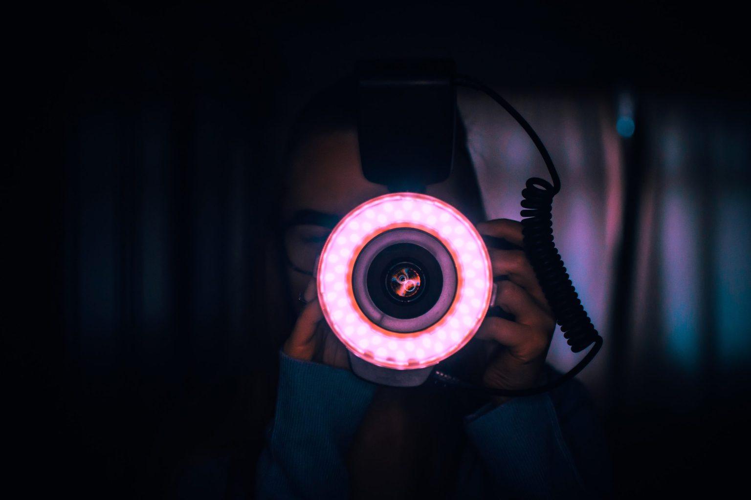 Flash anular colocado en cámara