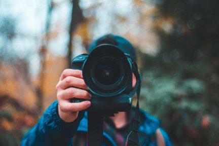 fotógrafo con cámara en la mano