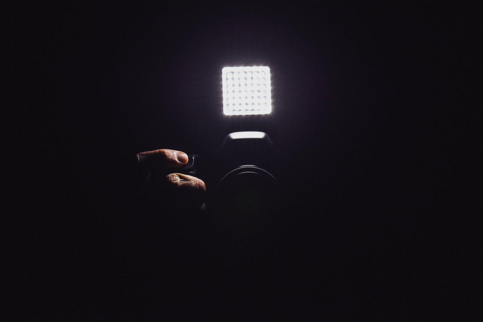luz LED sobre cámara