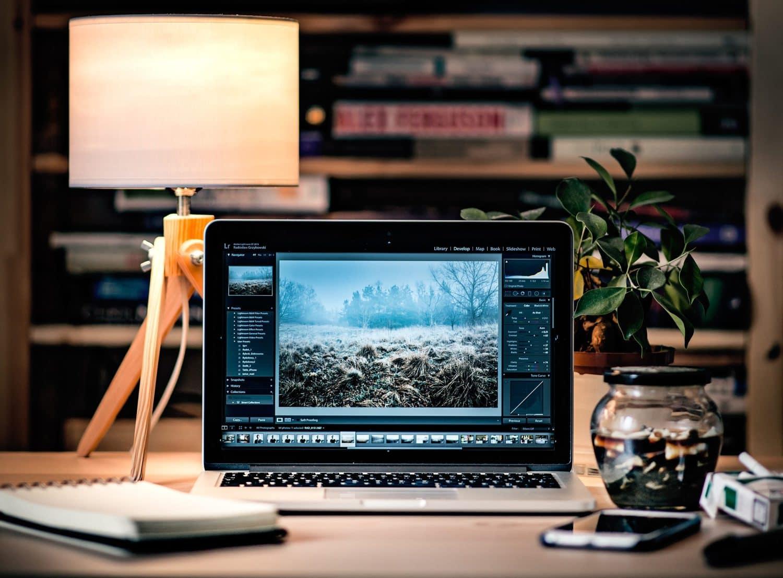 Ordenador con programa de edición de fotos