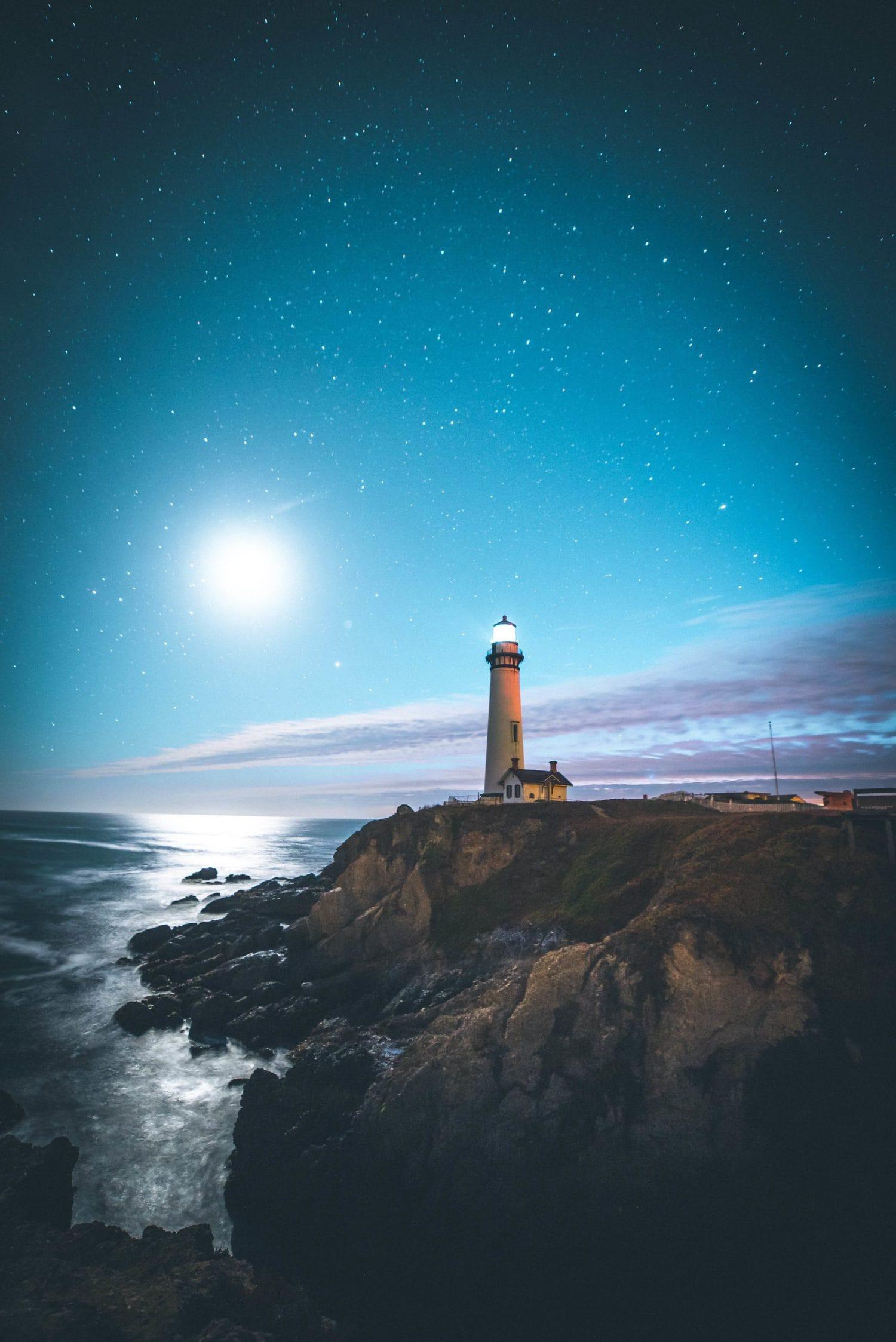 Faro con cielo estrellado fotografiado con un gran angular